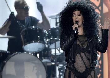 Δείτε πώς η Cher είναι μια γυναίκα που έχει νικήσει τον χρόνο (Βίντεο)