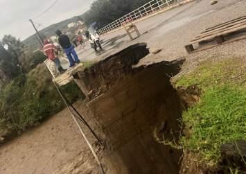 Απίστευτο: Κατέρρευσε γέφυρα από την κακοκαιρία (φώτο – βίντεο)