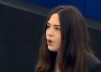 Κρητικιά μαθήτρια τραγουδάει τον Ερωτόκριτο στο Ευρωκοινοβούλιο (βίντεο)