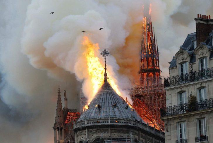 Στις φλόγες η Παναγία των Παρισίων -Απίστευτες εικόνες & βίντεο