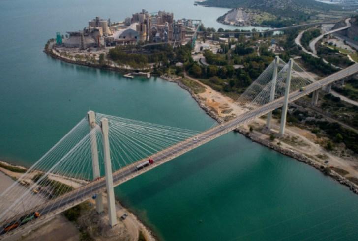 Σοκ: Ταξιτζής αυτοκτόνησε πέφτοντας από την γέφυρα της Χαλκίδας
