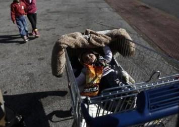 Εγκατέλειψαν βρέφος σε καρότσι σούπερ μαρκετ σε πυλωτή πολυκατοικίας