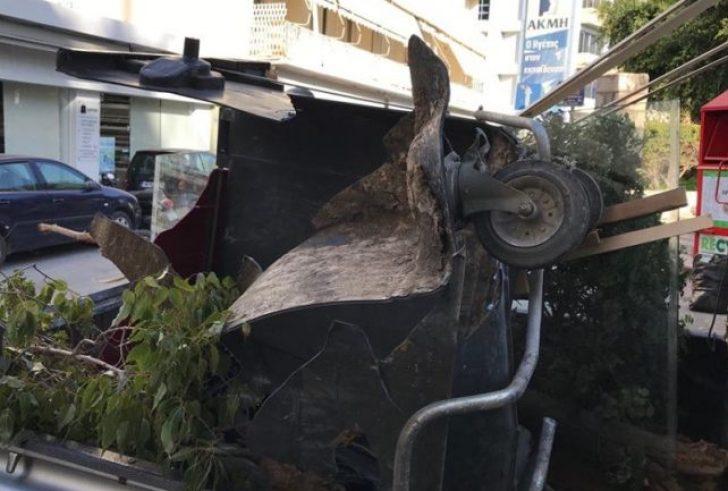 """Αυτοκίνητο σε """"τρελή πορεία"""" παρέσυρε κάδους στην 62 Μαρτύρων στο Ηράκλειο"""