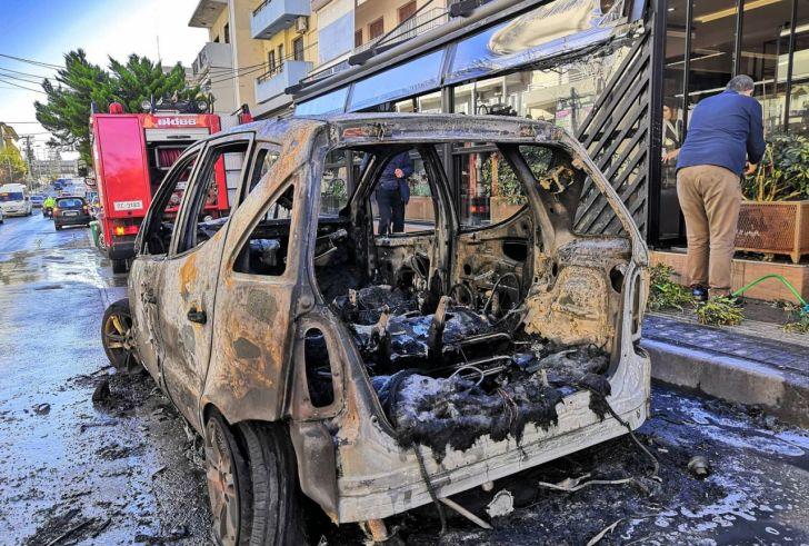 Κάηκε ολοσχερώς αυτοκίνητο στο κέντρο του Ρεθύμνου (φώτο-βίντεο)