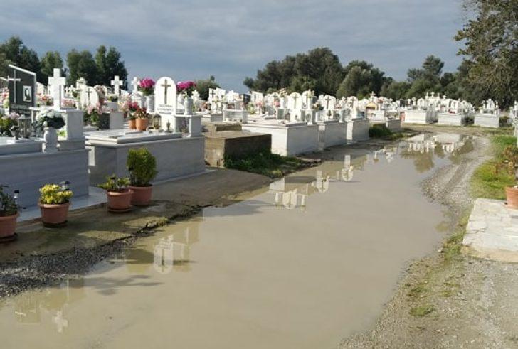 Επικίνδυνη λακκούβα με νερά στο Κοιμητήριο Τυμπακίου (φώτο)