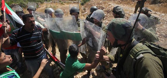 Soldados israelíes se dedican a provocar y atacar a los niños en los territorios ocupados