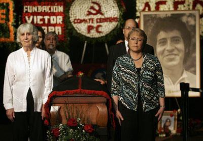 La británica Joan Turner, viuda de Víctor Jara, junto a la expresidenta chilena Michelle Bachelet durante un velatorio por el cantautor de 2009