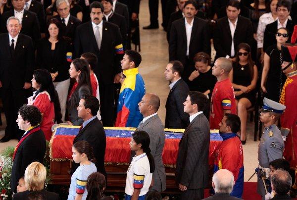 Jóvenes en la guardia de honor junto a Chávez