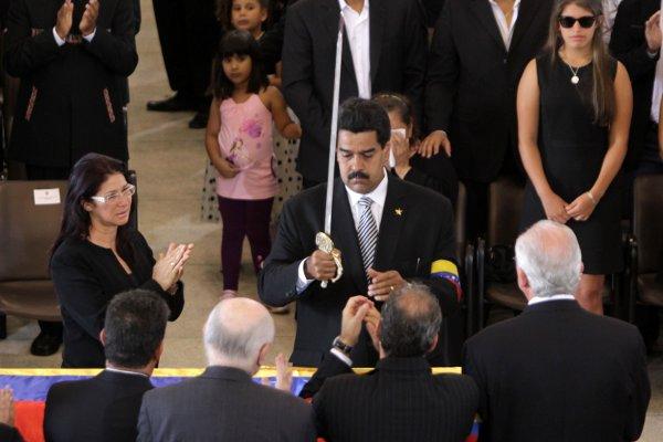 Maduro entrega Espada de Bolívar a la familia del Comandante Chávez