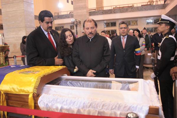 daniel Ortega y esposa en el funeral del Comandante Chávez
