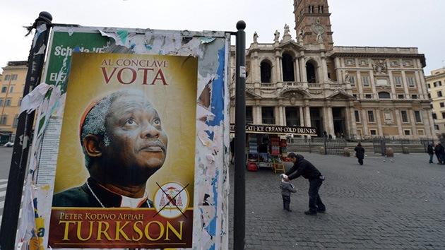Decenas de afiches con la imagen de Peter Turkson, de Ghana, aparecieron en Roma