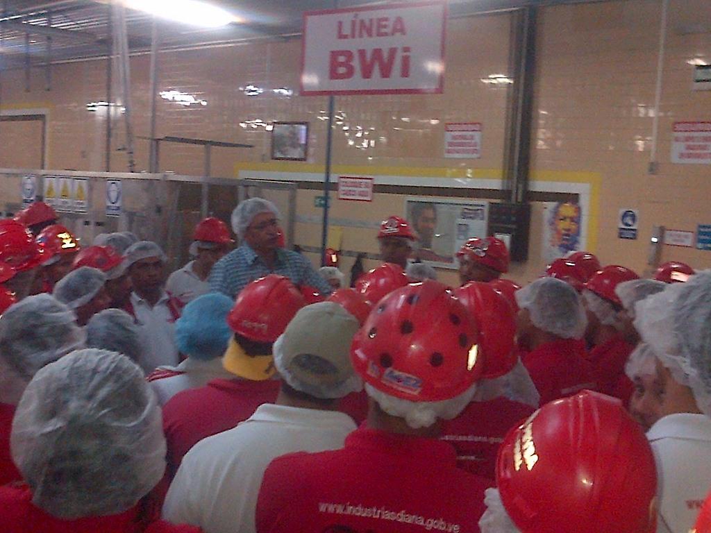 Gral. Rodriguez hablando con los trabajadores de planta
