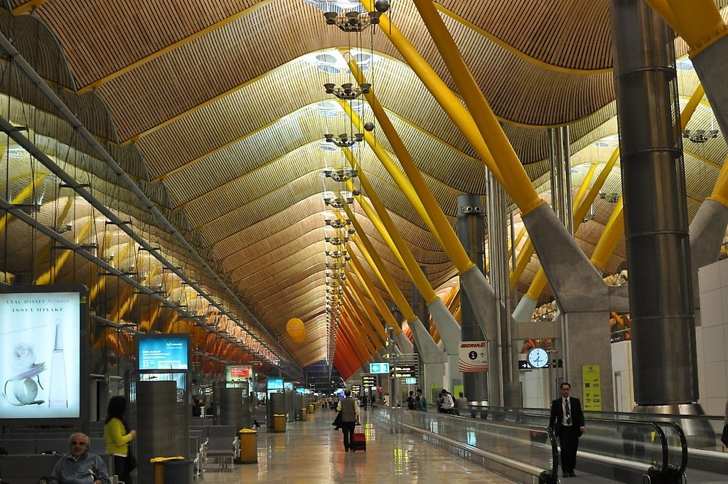 El Terminal 4 del aeropuerto Madrid-Barajas, es una de las obras más emblemáticas del arquitecto inglés Richard Rogers, a cargo del diseño del Gran Parque Hugo Chávez de Caracas.