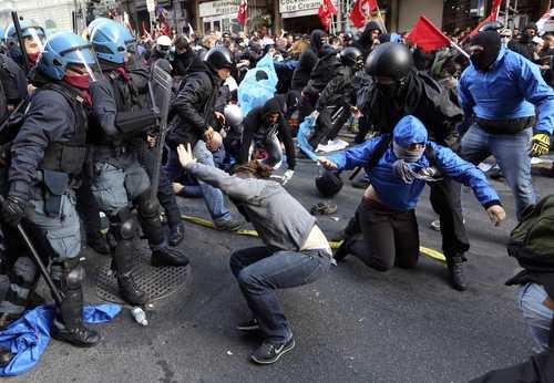 La policía italiana dio a conocer ayer que al menos seis inconformes fueron detenidos. Durante la marcha, se informó que las autoridades intentan facilitar a las empresas el despido de los trabajadores