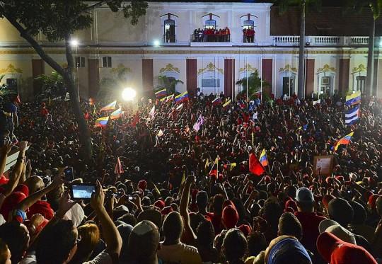 Una multitud se fue al Balcón del Pueblo a festejar con el presidente Chávez