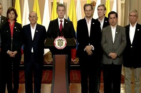 Santos rodeado del equipo negociador con las Farc