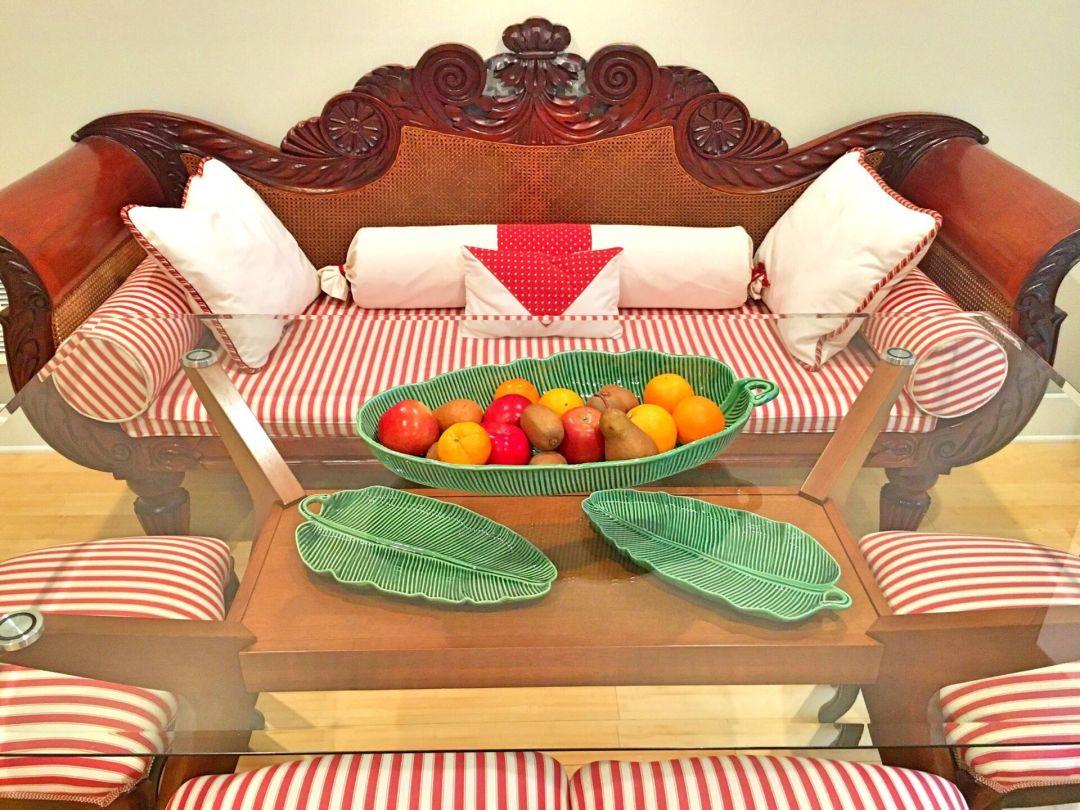 Dining table - Bordallo Pinheiro banana leaves