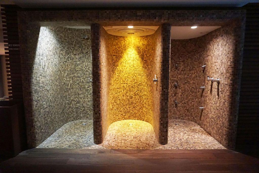 Acqua Spa showers