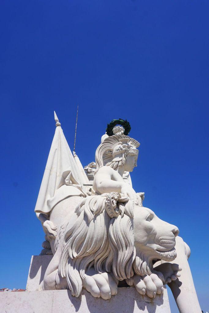 Statues au sommet de l'arc de la Rua Augusta