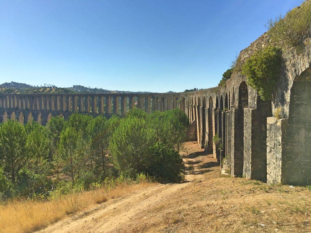 Admiring the Aqueduto dos Pegoes