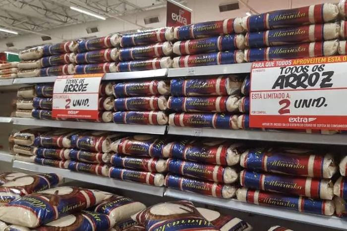 Culpando a população, supermercados afirmam que o preço deve subir ainda mais e falam em desabastecimento.