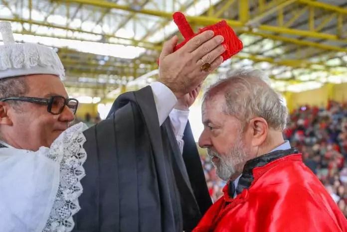 Em resposta a anulação do honoris causa, Lula posta lista atualizada dos 35 títulos doutor honoris causa.