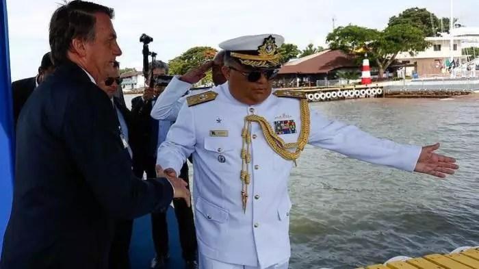 """Assessor de Bolsonaro, almirante ganha R$ 20 mil """"extra"""" de empresa do Banco do Brasil."""