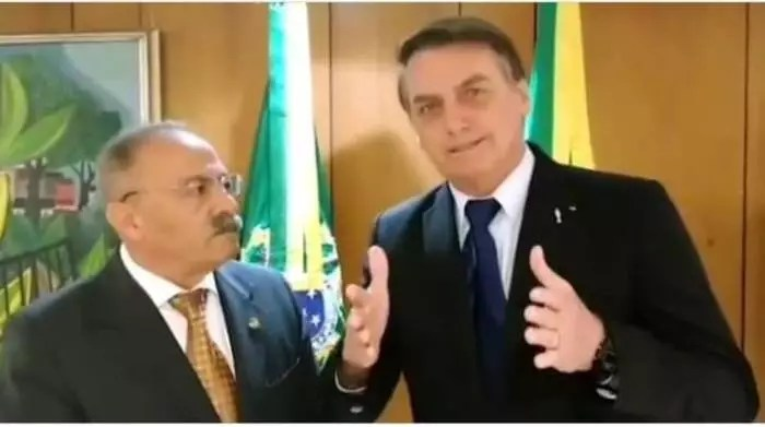 """Entre as Nádegas"": Bolsonaro nega, mas, Chico Rodrigues é parte do governo."
