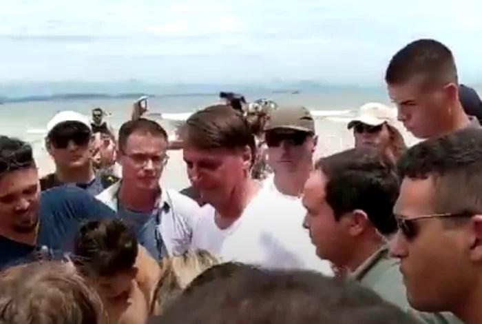 Vídeo: Bolsonaro provoca aglomeração em praia, sem máscara e sem cuidado com a pandemia, em SC.