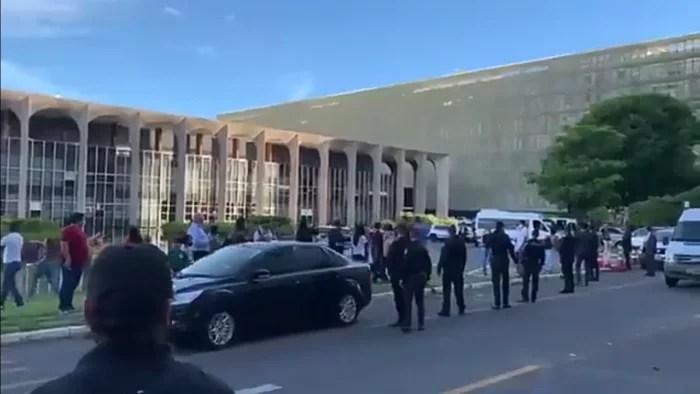 VÍDEO: Bolsonaro é recebido com marcha fúnebre e gritos de 'genocida' após reunião com Pazuello