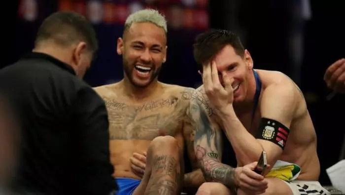 Choro de Neymar não durou 10 min. e foi fotografado gargalhando com Messi, no vestiário.