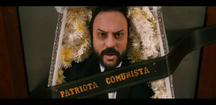 """VÍDEO: Novo clipe de Gabriel O Pensador compara o bolsonarismo ao nazismo e se diz """"Patriota Comunista""""."""