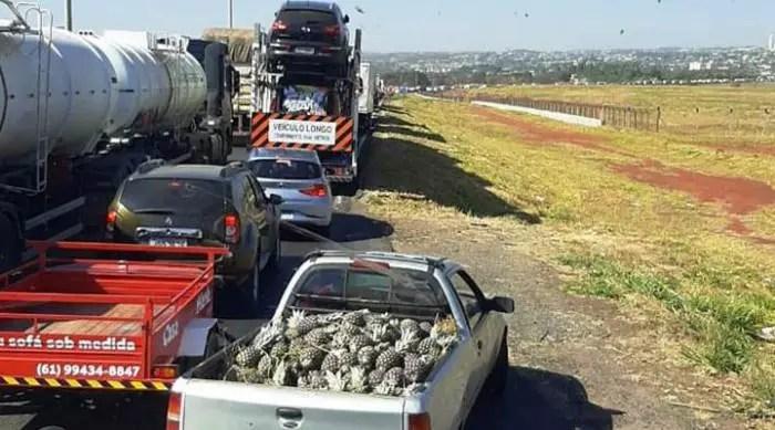 Bolsonaro sabota o país paralisando vias com caminhões do agronegócio