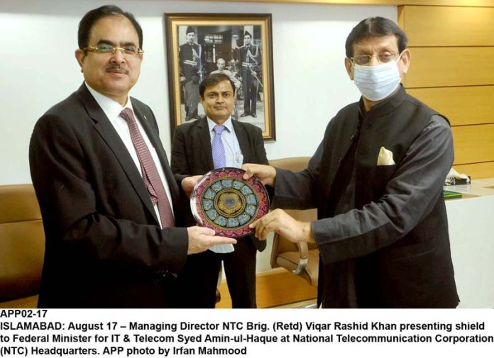 ISLAMABAD: August 17 – Managing Director NTC Brig. (Retd) Viqar Rashid Khan presenting shield to Federal Minister for IT & Telecom Syed Amin-ul-Haque at National Telecommunication Corporation (NTC) Headquarters. APP photo by Irfan Mahmood