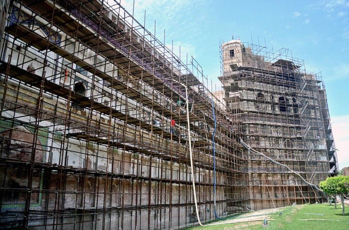 LAHORE: August 31 – Workers busy in renovation work of historical Shahi Qila. APP Photo by Ashraf Ch