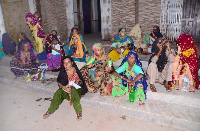 HYDERABAD: August 30 – A large number of women with her sick children sitting outside children ward as fire erupted in the children ward due to electric short-circuit at Civil Hospital. APP photo by Farhan Khan