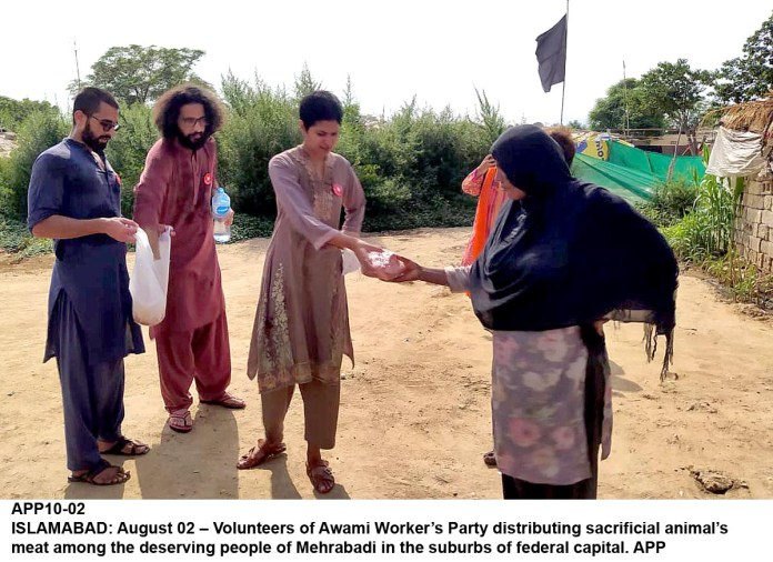 ISLAMABAD: August 02 – Volunteers of Awami Worker's Party distributing sacrificial animal meats among the deserving people of Mehrabadi in the suburbs of federal capital. APP