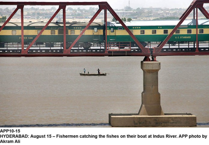 HYDERABAD: August 15 – Fishermen catching the fishes on their boat at Indus River. APP photo by Akram Ali