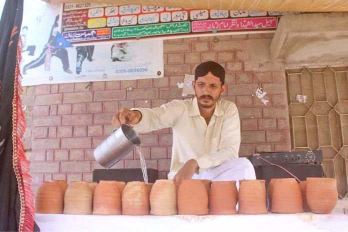 MULTAN: August 22 – Volunteer serving water at a Sabeel outside the Shrine of Hazrat Shah Shams during the Holy Month of Muharram-ul-Haram. APP photo by Tanveer Bukhari