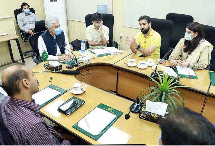 LAHORE: August 23 – Provincial Minister for Industries and Trade Mian Aslam Iqbal in a meeting with team of E-blood Pakistan Organization. APP