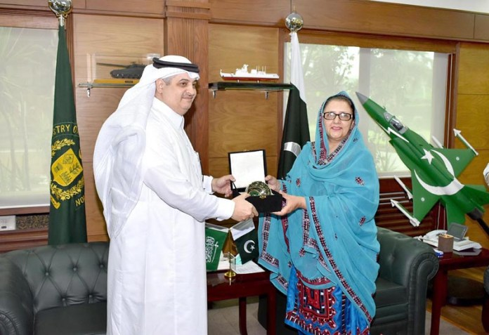 RAWALPINDI: August 27 – Federal Minister For Defence Production, Ms. Zobaida Jalal presenting a souvenir to Ambassador of the Kingdom of Saudi Arabia to Pakistan of Mr. Nawaf Bin Saeed Al-Maliky. APP