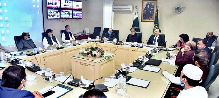 ISLAMABAD: August 25 – Senator Shibli Faraz, Federal Minister for Information and Broadcasting in a meeting with CPNE delegation. APP