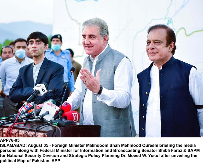 Foreign Minister Makhdoom Shah Mehmood Qureshi briefing the media persons along with Federal Minister for Information and Broadcasting Senator Shibli Faraz & SAPM for National Security Division and Strategic Policy Planning Dr. Moeed W. Yusuf after unveiling the political Map of Pakistan. APP