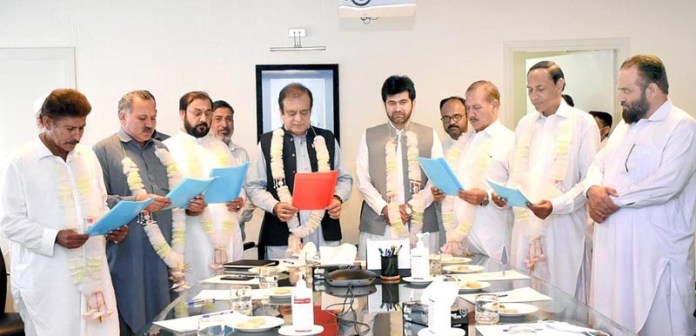 ISLAMABAD: August 27 – Senator Shibli Faraz, Federal Minister for Information and Broadcasting administering oath of office to the newly elected office bearers of Mardan Press Club. APP