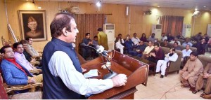ISLAMABAD: August 27 – Federal Minister for Information and Broadcasting, Senator Shibli Faraz addressing the newly elected office-bearers of National Press Club. APP