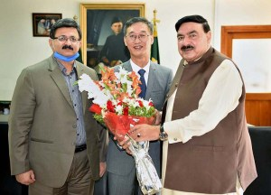 Federal Minister Railways Sheik Rashid Ahmed presenting a bouquet to the outgoing Chinese Ambassador Yao Jing who called on him. Chairman / Secretary Railways Habib ur Rehman Gilani also present on the occasion. APP photo by Javed Qureshi