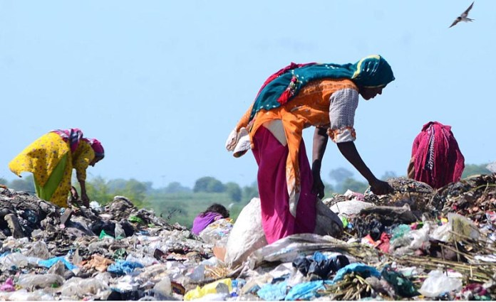 HYDERABAD: September 08 – Gypsy women searching valuables items from garbage at Latifabad. APP photo by Farhan Khan