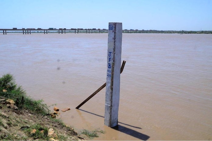 HYDERABAD: September 07 – A view of water level gauge installed in the River Indus. APP photo by Farhan Khan