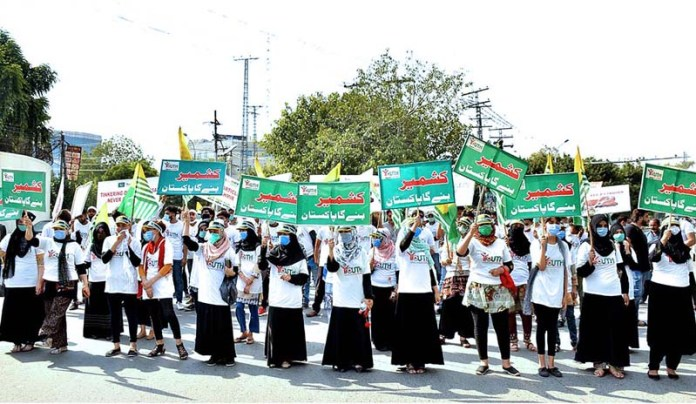 LAHORE: September 27 – Volunteers of Youth Forum for Kashmir demonstrating a rally at Shimla Pahari to show solidarity with Kashmiri people of IOK. APP