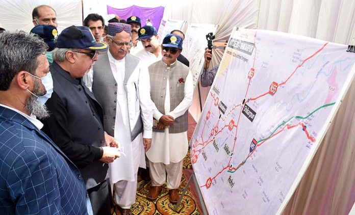 LARKANA: September 30 – Governor Sindh Imran Ismail being briefed of 2-Lane Additional Carriageway Ratodero-Shikarpur after inauguration at Shikarpur Bypass. APP photo by Nadeem Akhtar